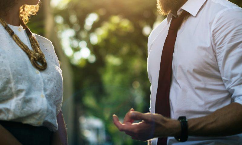 Hyvät tavat ja välittäminen lisäävät työelämän ja asiakaspalvelun laatua